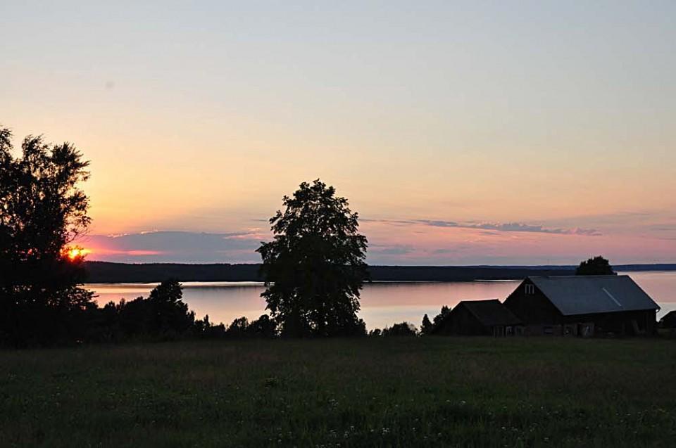 Solen går ner över sjön Unden